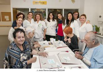 Los mayores de la Unidad de Día de Geriatría participan en un taller de scrapbooking como terapia ocupacional