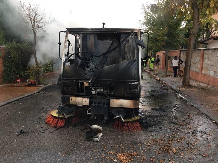 Sale ardiendo una máquina barredora mientras limpiaba las calles de Cabanillas