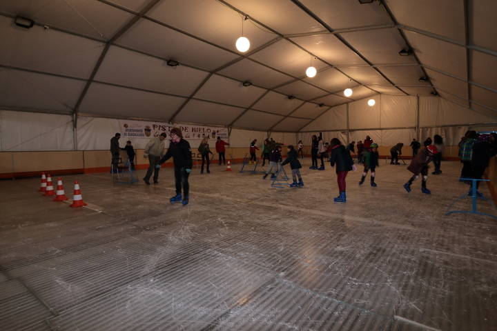 'Pillan' a tres menores destrozando la pista de hielo instalada en Guadalajara