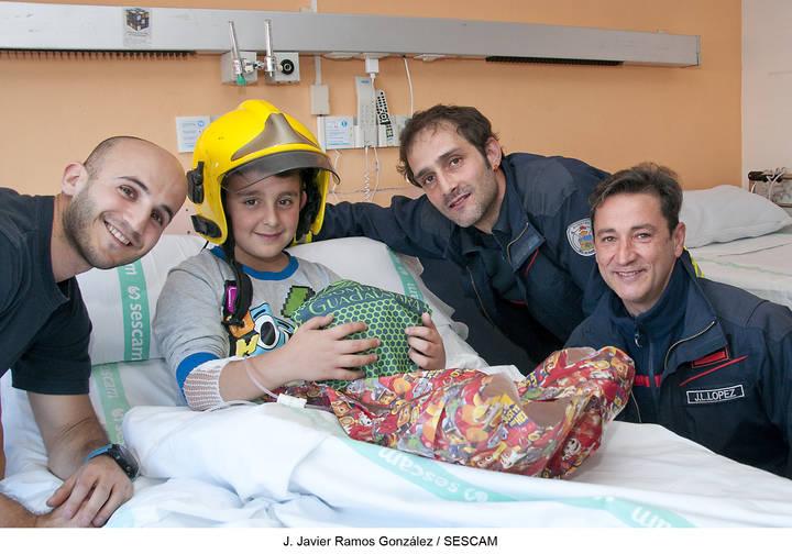 Un detallazo : Los bomberos de Guadalajara visitan a los niños enfermos del Hospital de Guadalajara