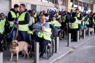 """200 personas con discapacidad protestan en Barajas bajo el lema """"Ryanair, no seas mi límite para volar"""""""