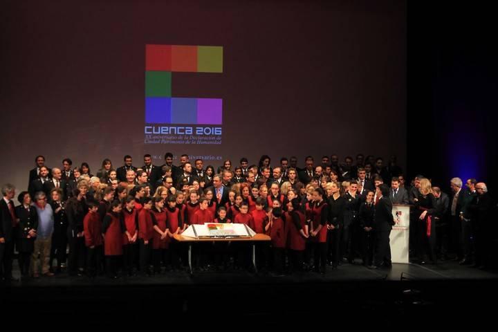 Cuenca celebra sus 20 años como Ciudad Patrimonio con música, poesía, momentos de cine, recuerdos entrañables y tarta de cumpleaños