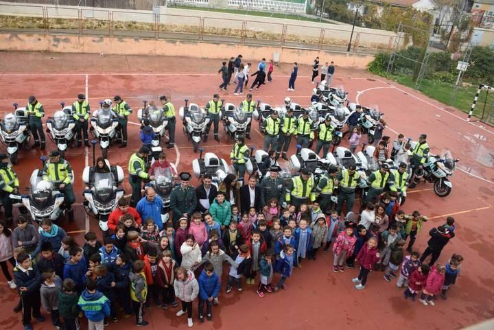 La Escuela de Tráfico de la Guardia Civil visita Sacedón y aparca en el colegio de La Isabela