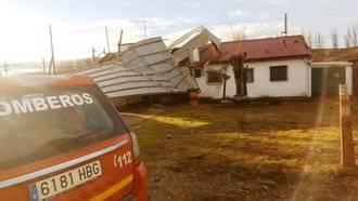 Estragos del viento :Cae un tejado sobre una vivienda en Espinosa de Henares sin dañar a sus tres ocupantes