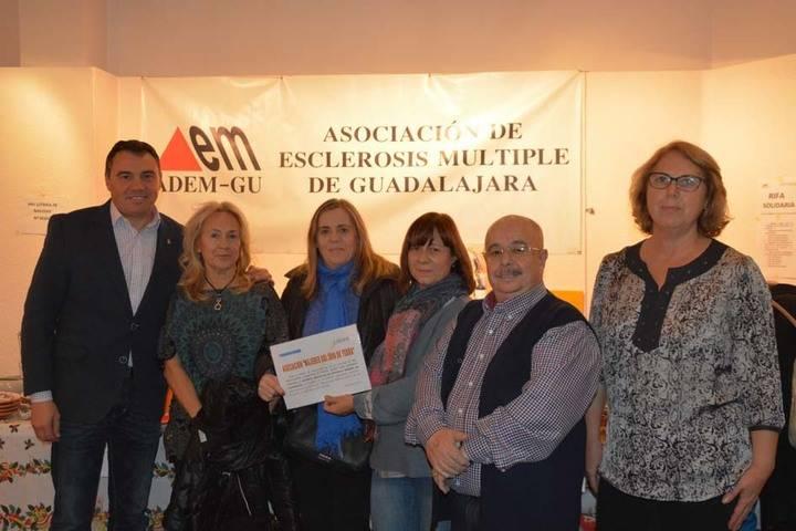"""Las """"Mujeres del 2000 de Yebra"""" entregan a la Asociación de Esclerosis Múltiple la recaudación del VII Mercadillo Solidario"""
