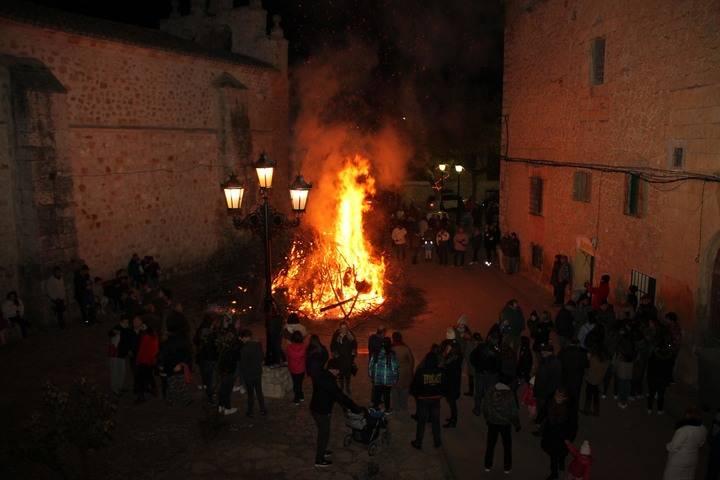 La villa alcarreña de Escariche se reúne al calor de la hoguera de San Antón