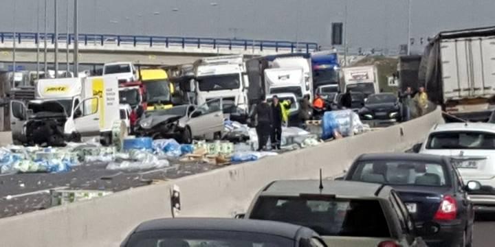 Un espectacular accidente entre camiones a la altura de Meco paraliza parte de la A2 dirección Madrid