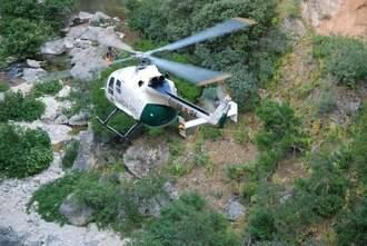 Después de cuatro horas, bomberos y un helicóptero consiguen rescatar a un montañero en Sigüenza