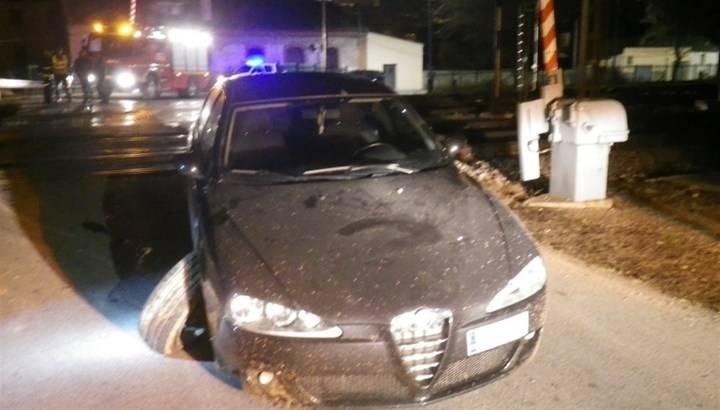 """Los bomberos evitan """"in extremis"""" el choque de un tren con un coche atascado en la vía del tren en Sigüenza"""