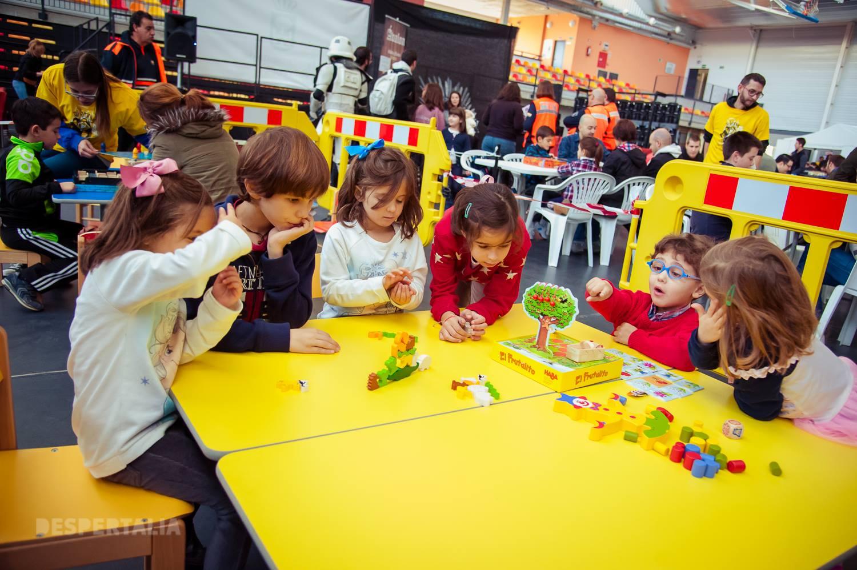 La Zona De Juegos Infantiles Y Juveniles De Mesa Y La Ludoteca
