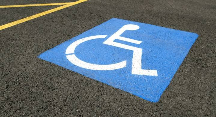Le pueden caer 2 años de cárcel por usar la tarjeta de accesibilidad de su suegra fallecida para aparcar en zona azul