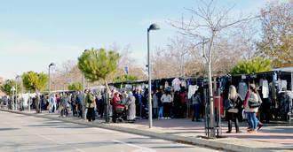 Los 105 vendedores del mercadillo azudense renuevan su licencia para 2017