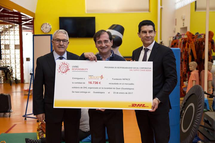 DHL entrega a la Fundación Nipace casi 17.000 euros recaudados en su mercadillo solidario