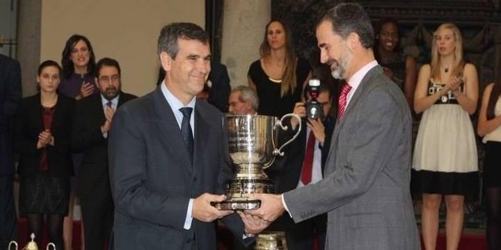 Antonio Román recibe del Rey un premio por la apuesta deportiva del Ayuntamiento de Guadalajara.