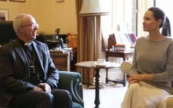 Angelina Jolie revoluciona a los británicos por reunirse con un obispo...¡sin sujetador!