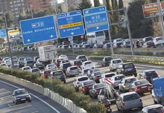 Grandes atascos de tráfico y retenciones en las carreteras de Castilla-La Mancha en dirección a Madrid