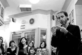 El poeta y actor Diego Mattarucco interpreta este viernes una función de Poetry Slam en la biblioteca de Valdeluz