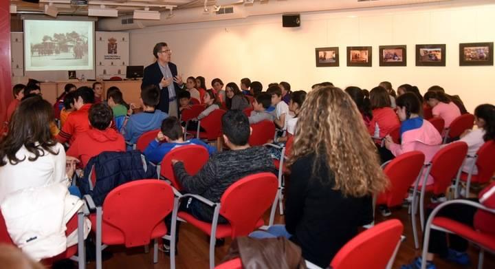Un grupo escolares del CEIP Alvar Fáñez participan en una sesión didáctica sobre Buero organizada por Diputación de Guadalajara