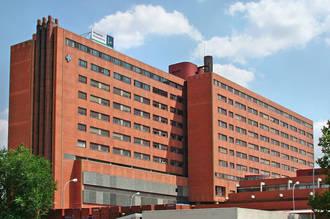 Ingresada en el Hospital de Guadalajara con una quemadura en el brazo tras el incendio de un coche