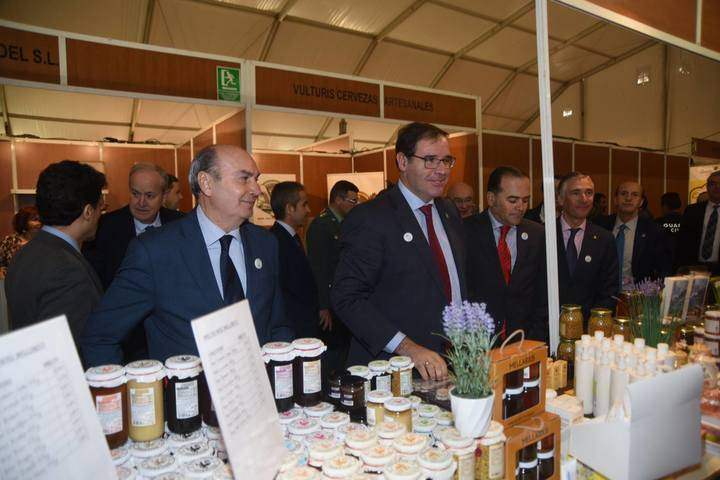 Latre incide en la importancia de seguir apoyando iniciativas como la Feria Apícola de Pastrana que este año ha recibido más de 30.000 visitantes
