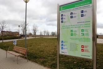 Los parques de Valdeluz estrenan nueva cartelería que implica a vecinos y visitantes en su conservación