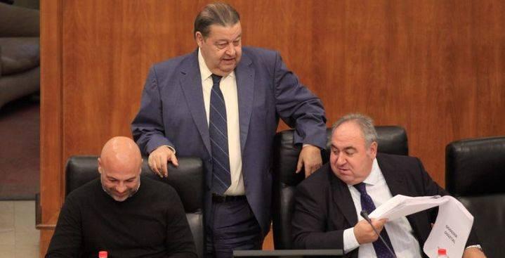 Lamentable espectáculo: El presidente de las Cortes, el socialista Fernández Vaquero, expulsa a Vicente Tirado de la reunión de la Mesa