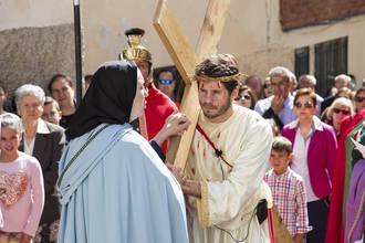 Cientos de personas acompañaron un Vía Crucis renovado de Trillo, que resurgió así en su 22º edición