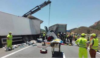 El choque entre dos camiones y un coche se salda con tres heridos y el corte de la A-2 en Guadalajara