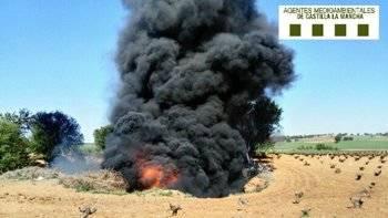 No aprendemos: Arden 20 toneladas de neumáticos en una antigua gravera de Toledo