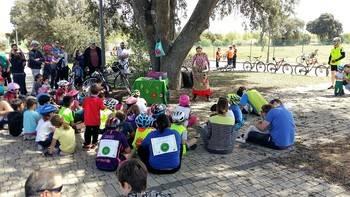 El 1er Bicicuento de Valdeluz reúne a 120 ciclistas, con paradas literarias en emblemáticos rincones