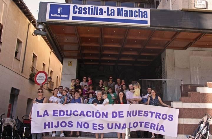 Familias se concentran frente a la Delegación de la Junta contra el nuevo porceso de admisión de alumnos