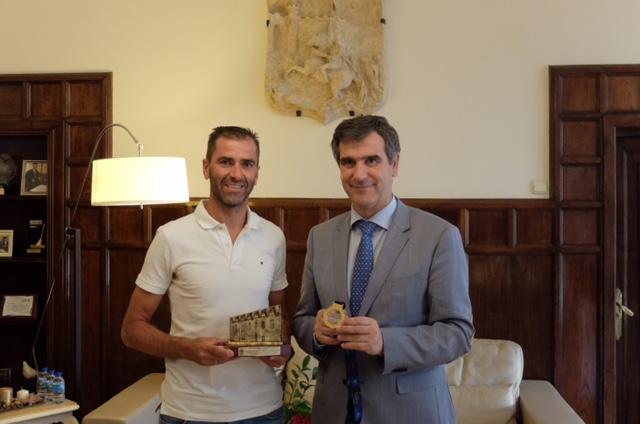 Antonio Román felicita a Dani Molina tras obtener el oro en el Campeonato de Europa de para-triatlón