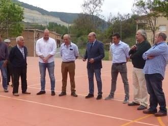 El presidente de la Diputación inaugura la pista polideportiva de Poveda de la Sierra