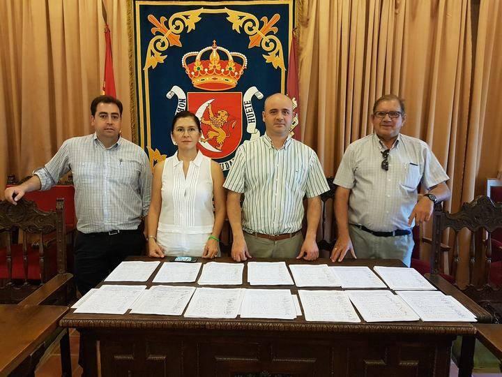 El Ayuntamiento de Huete presenta casi 3.000 firmas en la Consejería de Sanidad