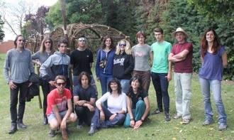 Termina en la piscina de Cabanillas la instalación de las estructuras de mimbre realizadas por estudiantes de FP