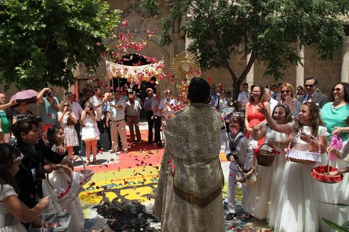 Almonacid de Zorita se une en torno a las alfombras del Corpus Christi