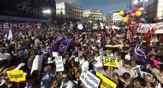 Vaya lío : Manifestantes de Podemos y feministas se enzarzan en la Puerta del Sol de Madrid
