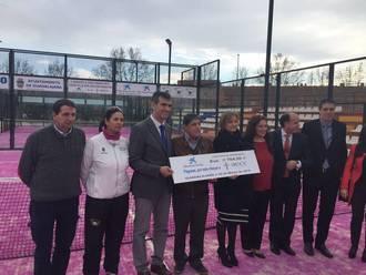 El alquiler de las pistas rosas de la Ciudad de la Raqueta proporciona 3.000 euros a la AECC