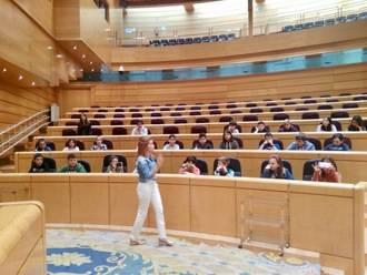 Alumnos de Villanueva de la Torre visitan el Senado de la mano de Marta Valdenebro, su antigua profesora en el colegio