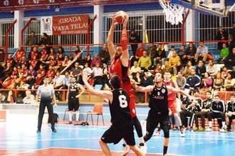 El pívot serbio Bane Tomic seguirá un año más en el Isover Basket Azuqueca