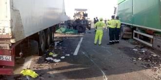 Dos conductores de camión terminan ingresados en el Hospital tras chocar sus vehículos en la A2