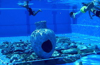 Los niños aloveranos, arqueólogos por un día en la piscina de La Dehesa