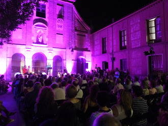 La Plaza del Carmen se llenó de amantes de la poesía que disfrutaron de los 'Versos a Medianoche'