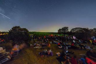 Más de 600 invitados de AstroYebes se reúnen en el bosque de Valdenazar para ver las Perseidas