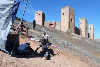 Un equipo internacional de arqueólogos excava en el interior del castillo de Molina