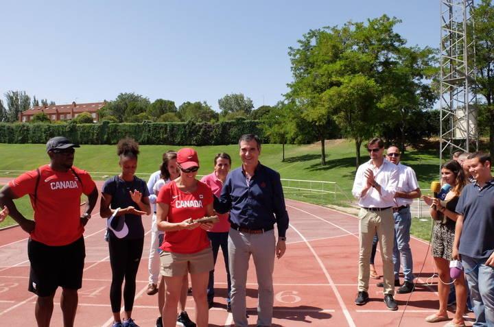 Román visita a los atletas internacionales que entrenan en la Fuente de la Niña para la Copa del Mundo de Londres