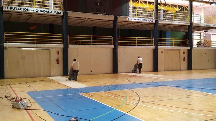 Diputación trabaja en la puesta a punto de la pista central del Polideportivo San José