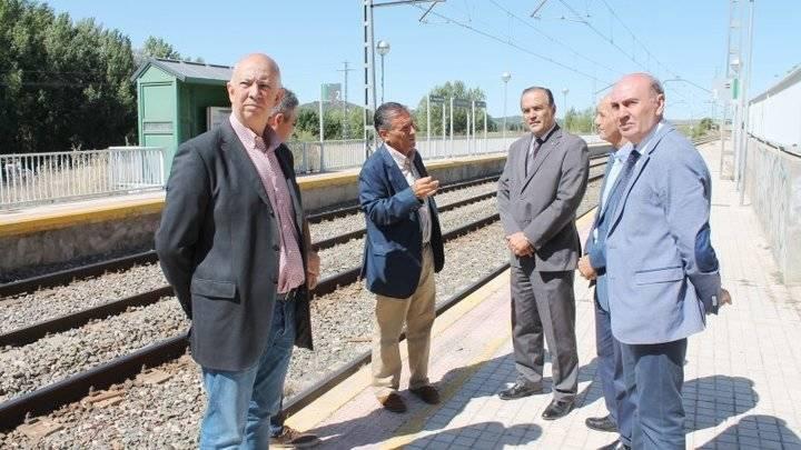 El delegado del Gobierno en Castilla-La Mancha, José Julián Gregorio, en su visita a la estación de Carrascosa de Henares