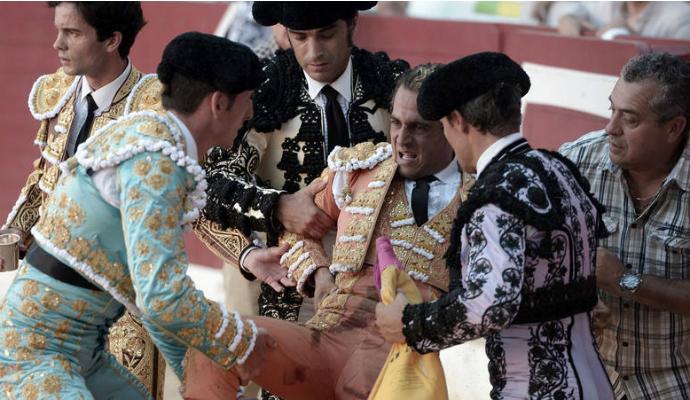 Cospedal comparte el dolor por la muerte de Iván Fandiño con los vecinos de Tórtola de Henares