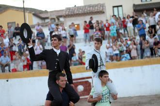 Sánchez y De Manuel salen a hombros del IV Certamen de Tauromaquia de Pastrana que llevará para siempre el nombre de Iván Fandiño